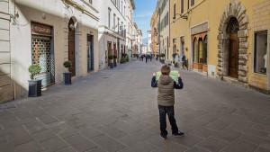 Chlapec hledá cestu